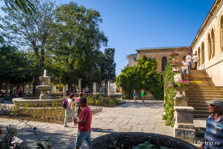 Двор с фонтаном около здания администрации и средневекового отдела