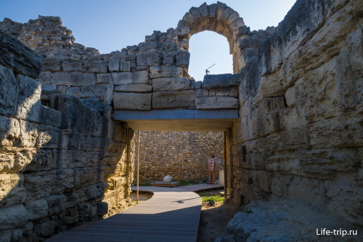 Древние городские ворота Херсонеса