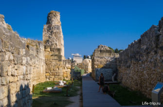 Проход между стенами, вдоль башен и склепов