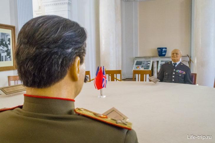 Сталин и Рузвельт, инсталляция по мотивам Ялтинской конференции