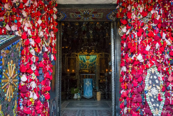 Красное по краям - мешочки с пожеланиями от паломников