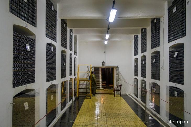 Один из этажей главного винного хранилища