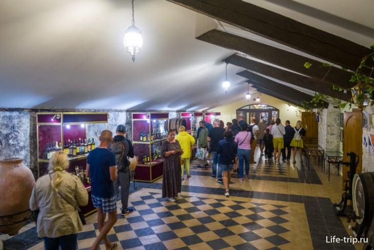 Демонстрационный зал с коллекционными винами