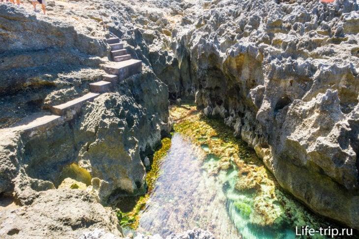 Вид с первой точки: внизу кадра - край купели, а вдалеке - лестница к ней.