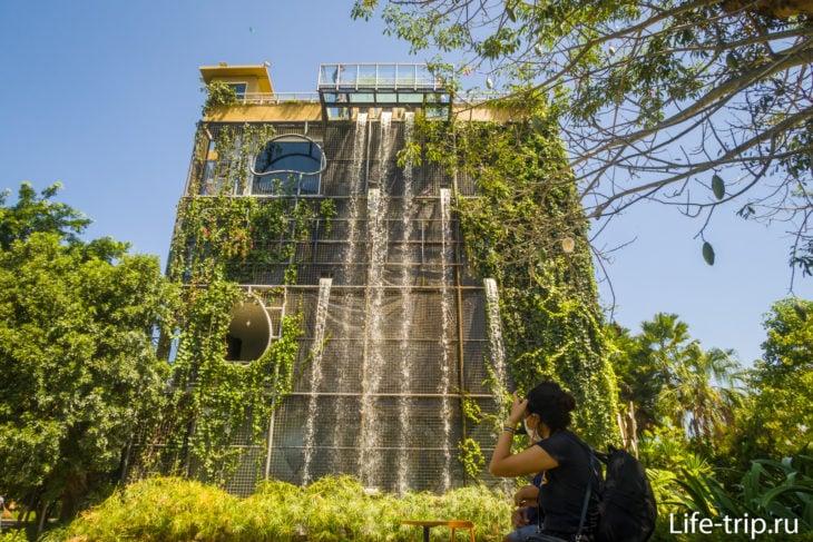 Здание с кафе, водопадом, музеем и смотровой площадкой