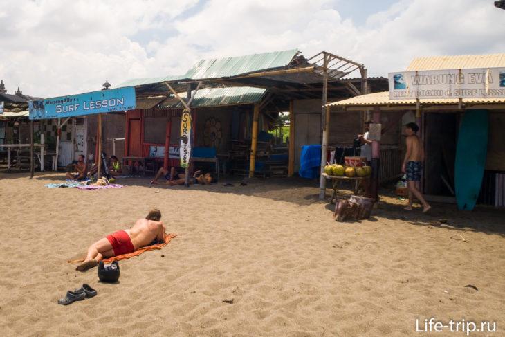 Бату Болонг (Batu Bolong Beach) - центральный пляж Чанггу
