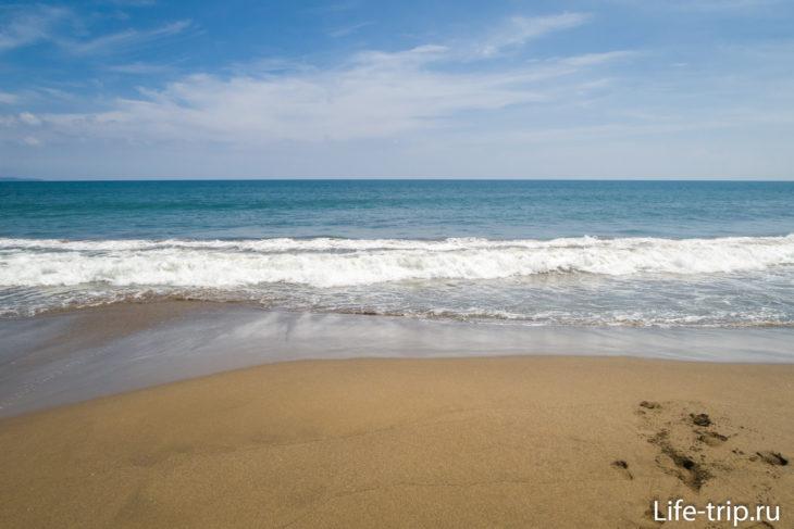 Пляж Брава (Berawa Beach) - серый песок и водостоки