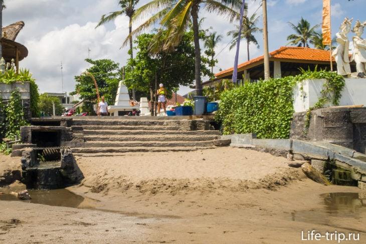 Лестница около Ресторан Finns Beach Club, вид с пляжа