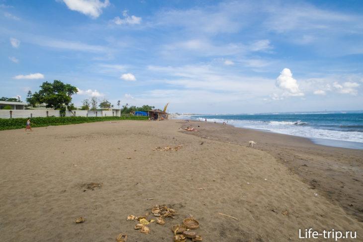 На песке кучки старых корзинок от подношений духам. Пляж в этой части - грязный.