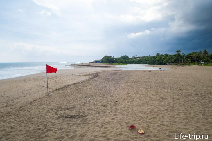 За флагами в воду лезть опасно - там русло реки и канал с сильным течением. Утащит в океан.