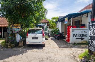 Направо - парковка для скутеров, налево - к пляжу