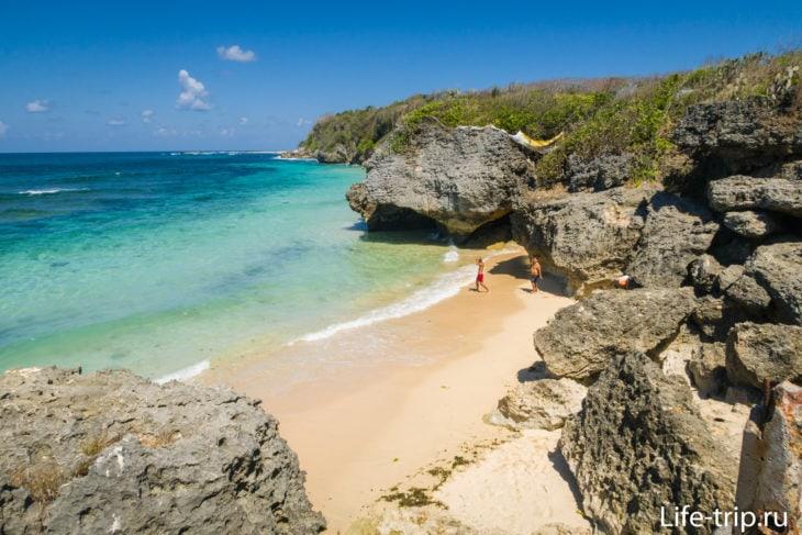 Дикая часть пляжа Гегер на Бали