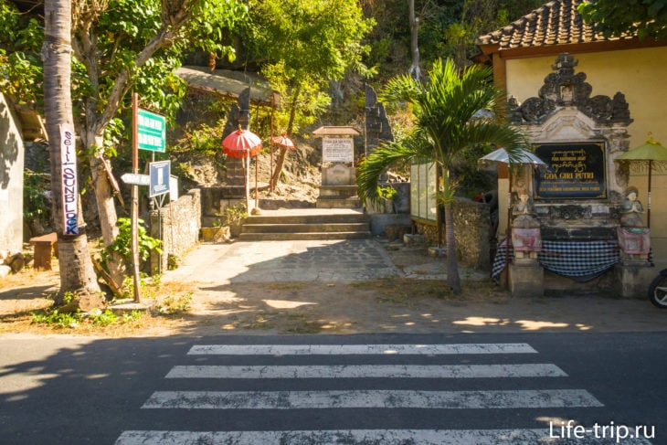 Пешеходный переход напротив лестницы к храму