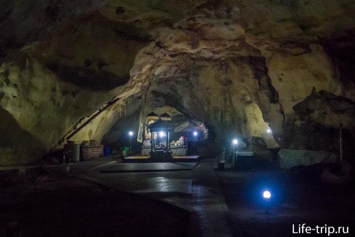 К центру пещеры, своды становятся выше.