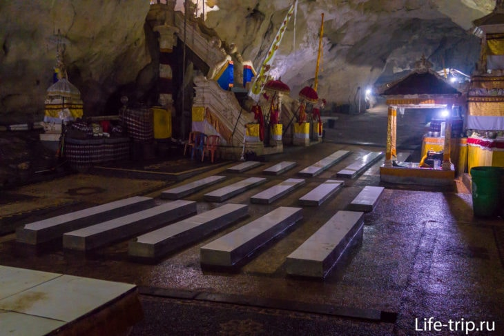 Здесь уже место для проведения собраний и ритуалов местных хинду.