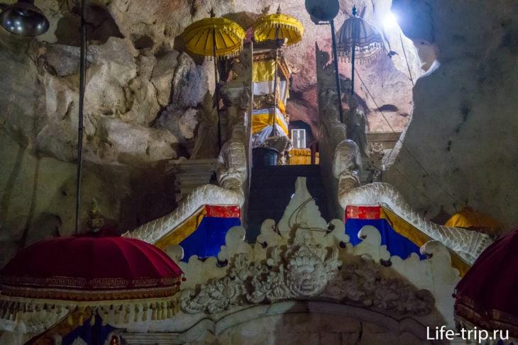 Гоа Гири Путри (Pura Goa Giri Putri) - пещерный храм на Пениде