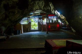 У пещеры есть второй вход. Для людей, а не для туристов.
