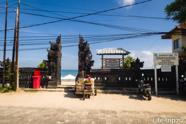 Ворота на Муая Бич, справа парковка для скутеров