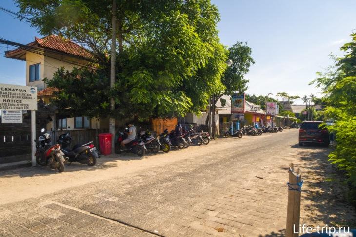 Парковка для скутеров платная, парковщик тусит под деревом