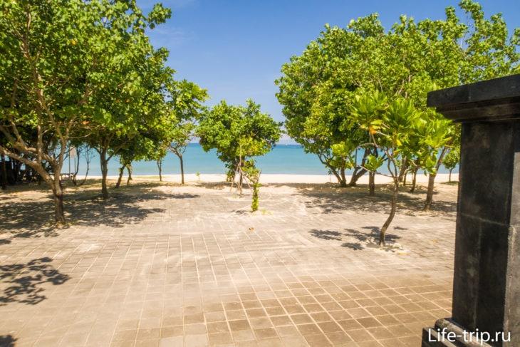 Вход на пляж рядом с Ganesha cafe