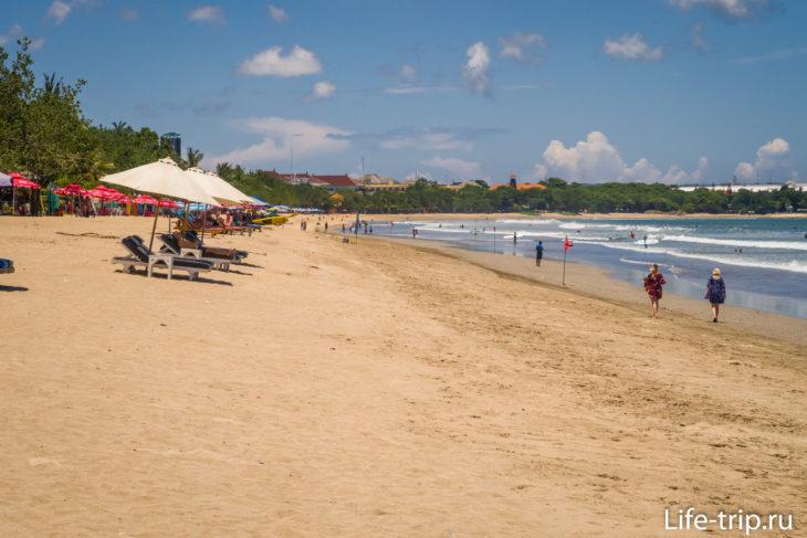 Кута (Kuta Beach) - длинный и шумный пляж на юго-западе