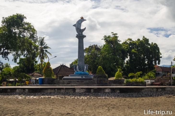Статуя дельфина - доминанта пляжа Ловина