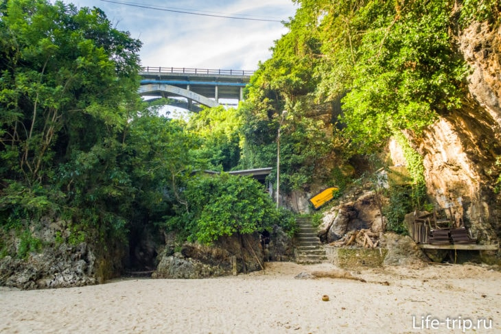 Мост над ущельем и второй спуск на пляж