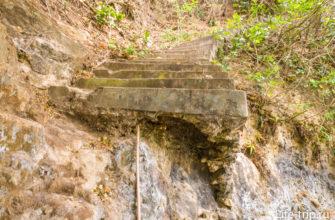 Низ лестницы уже разрушен, но взобраться можно без проблем.