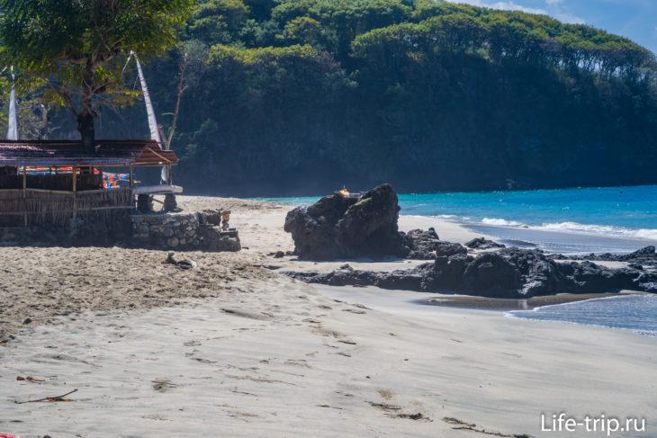 В правой части есть крупные скалы прямо в пляже