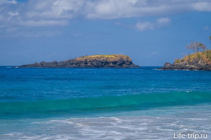 Напротив правого мыса есть небольшой островок