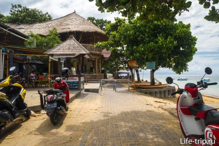 Вдоль всего пляжа проложена пешеходная дорожка. На входе - защита от скутеров.