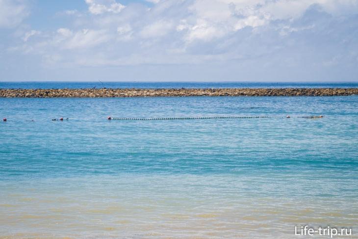 Акватория отделена еще и сеткой с буйками, чтобы не заплывали медузы, и чтобы люди не выплывали из безопасной зоны