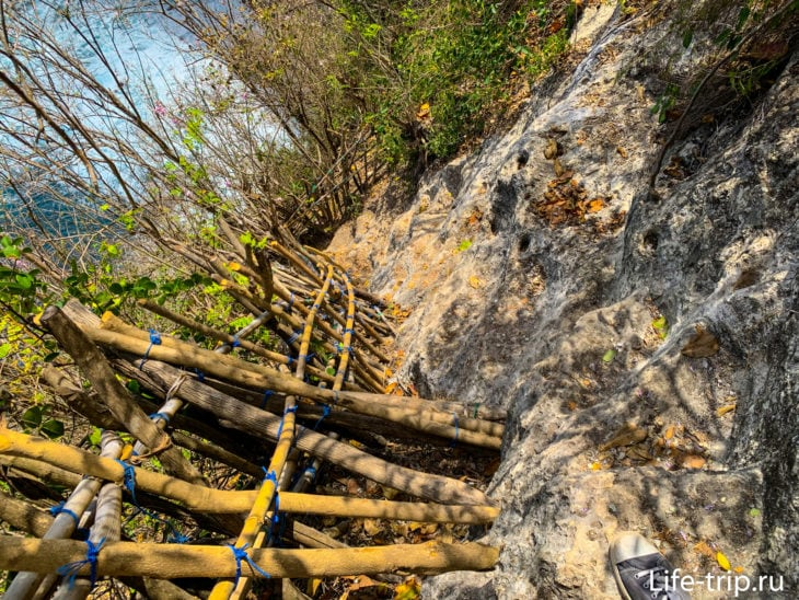 В какой-то момент вы просто идете по мостику, непонятно как держащемуся за стену