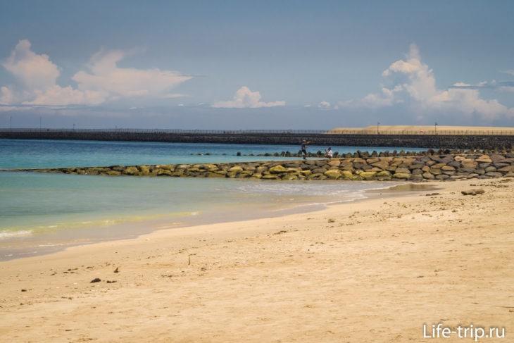 Видно буны около аэропорта и саму ВВП Нгура Раи, которые защищают берег от волн