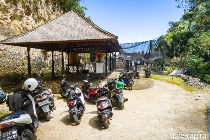Парковка у храма недалеко от пляжа