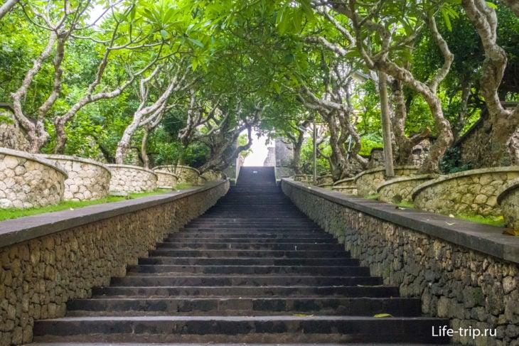 Лестница к храму Улувату