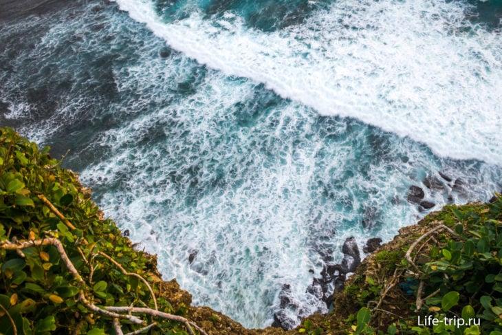 Вид вниз с утеса. Цвет воды удивительно глубокий