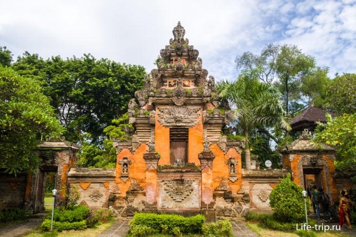 Чанди Курунг - крытые ворота