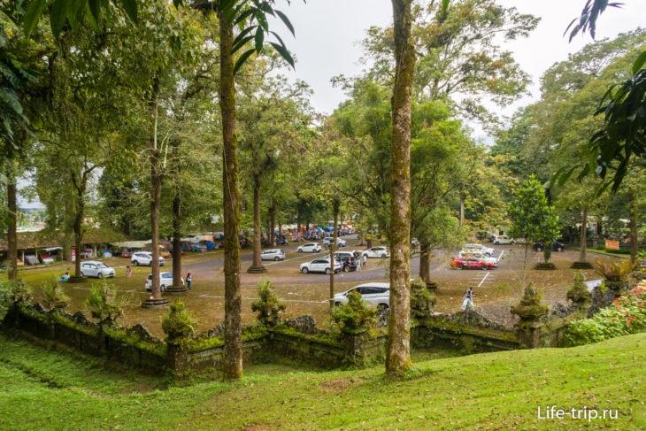 Парковка у сада, вид с холма, с внутренней территории