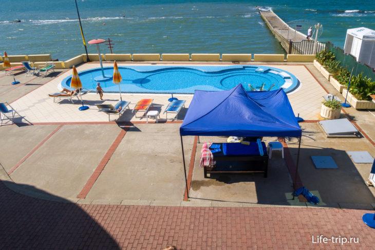 Пляж санатория Черноморье в Сочи