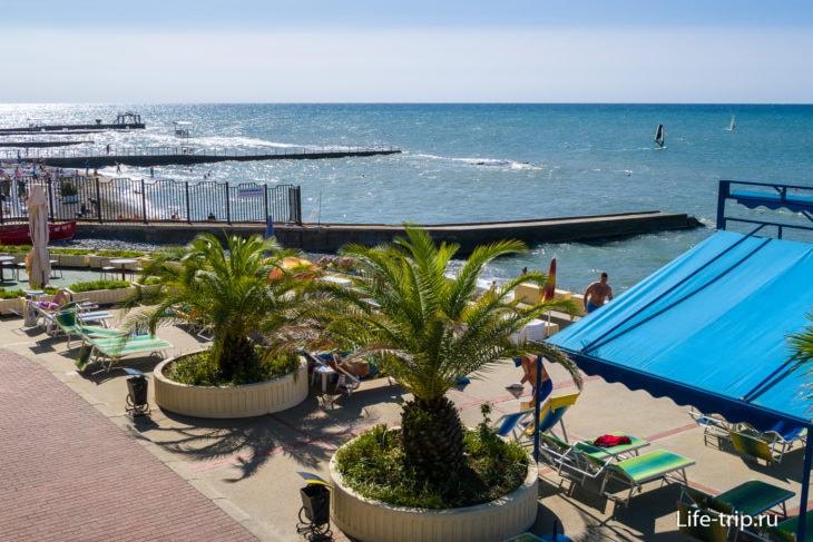 Пляж Черноморье в Сочи - взгляд через ограду