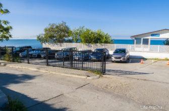 Слева от входа на пляж есть парковка для авто
