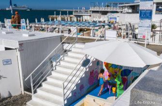 Спуск к пляжу и детская площадка