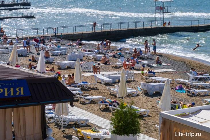Вид со стороны Черноморья на самый правый край пляжа Жемчужина