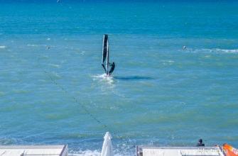 На пляже есть прокат снаряжения для винд-серфинга