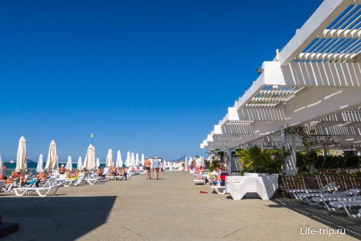 Вид вправо, в сторону пляжа Черноморье