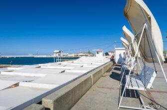 Слева - крыши аэрария на пляже, а справа - качели