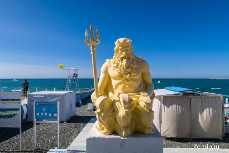 Статуя Нептуна на пляже Приморский в Сочи