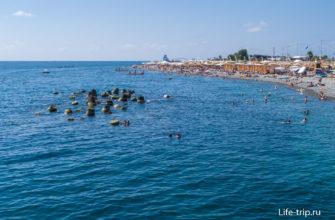 Вид с пирса на левом краю пляжа