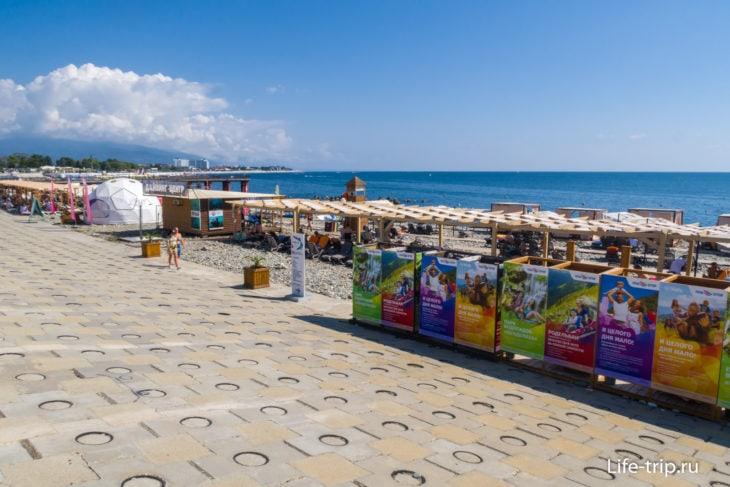 Вид с набережной над пляжем Роза Хутор